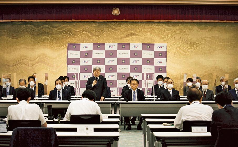 第4次堀執行部発足挨拶で決意と抱負を述べる堀 憲郎氏。