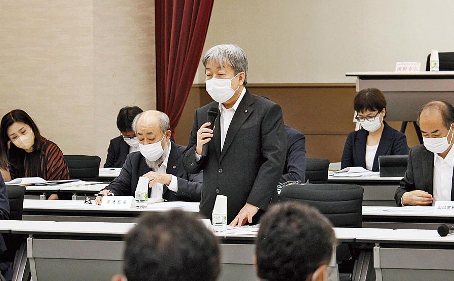 これまでの政策を振り返る堀 憲郎氏。